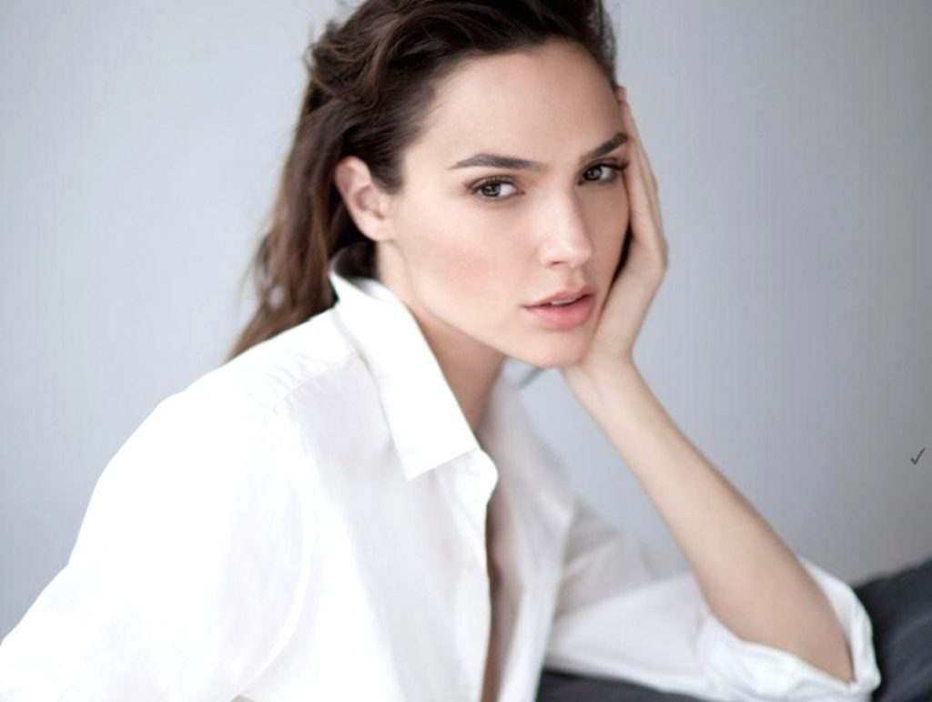"Gal Gadot (gal_gadot / 18.06.2017): ""Trying to hypnotize you.. #SundayMood, Image: 338263959, License: Rights-managed, Restrictions: , Model Release: no, Credit line: Profimedia, Face To Face A"