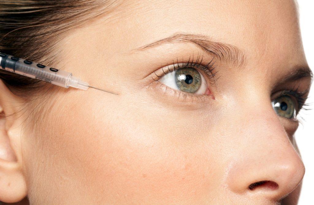 WD 1407-41 MODEL RELEASED. Female having botox injection below eye., Image: 55616846, License: Rights-managed, Restrictions: MODEL RELEASED - Natalie, Model Release: yes, Credit line: Profimedia, TEMP Camerapress